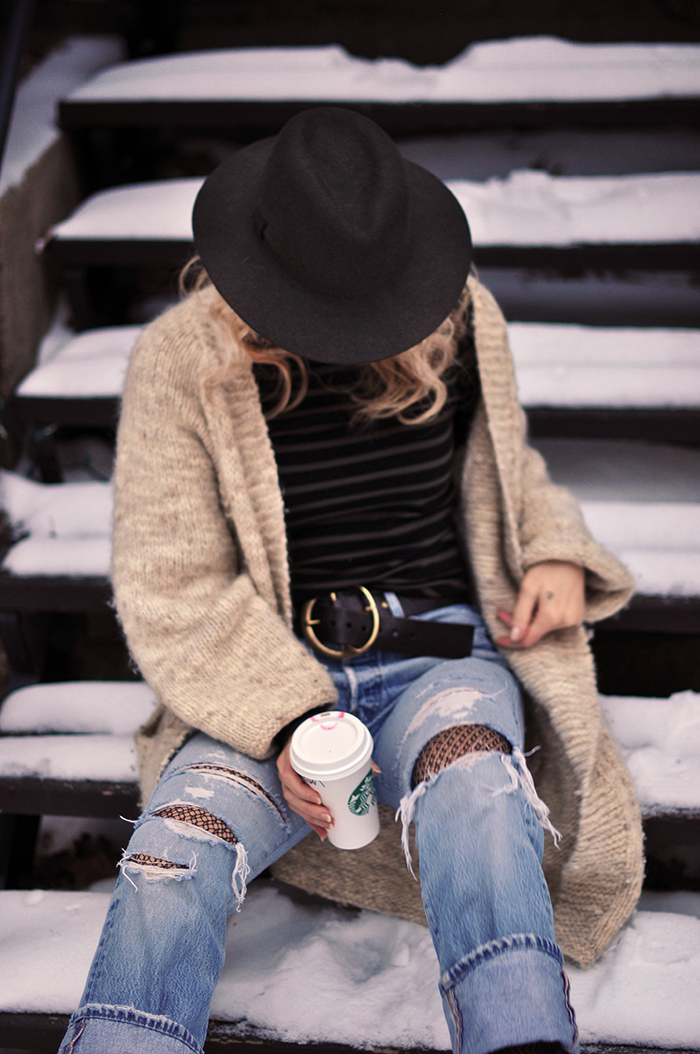 casual style in the snow-vintage levis-fishnets-oversized cozy cardigan sweater