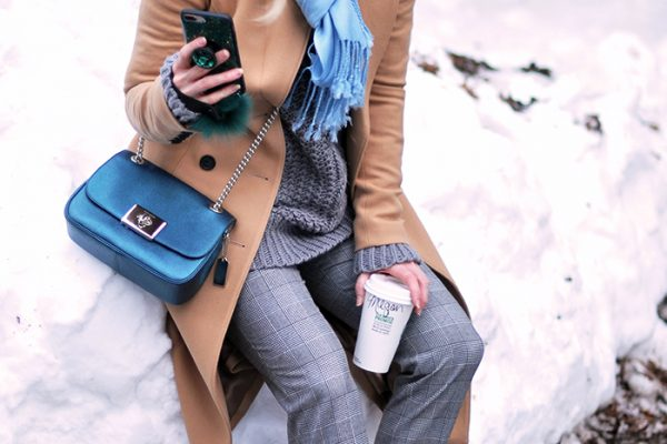 winter style in the snow-coach bag-grey look-camel coat-puma sneakers