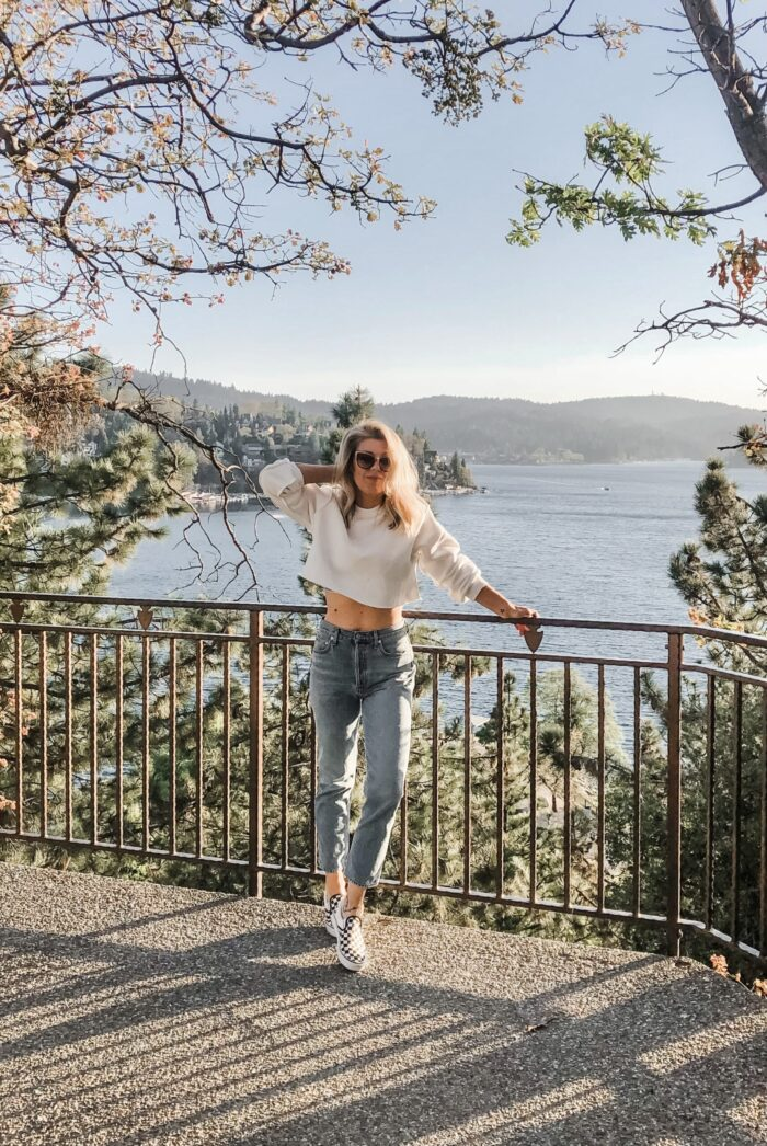 retro high rise light wash jeans with cropped white sweatshirt and vans in lake arrowhead california