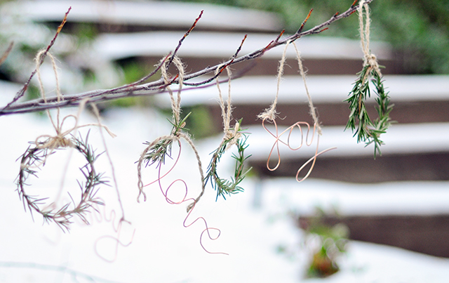 diy-ornaments-in-the-snow