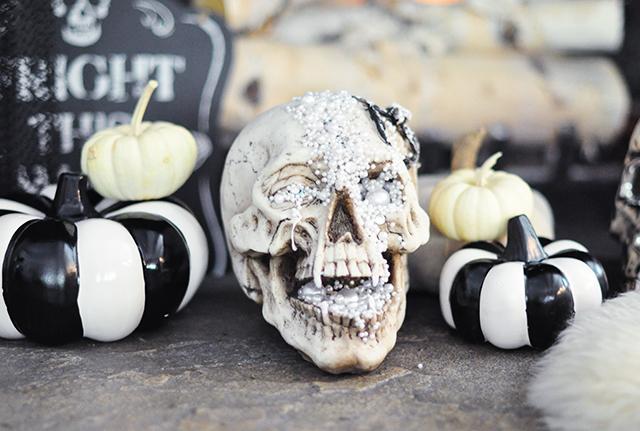 hallowen-decor_glam-skull_black-and-white-pumpkins