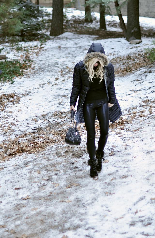 black-on-black-in-the-snow_shiny-leggings