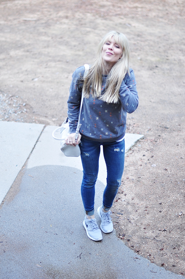 blogger off duty_easy jeans and a sweatshirt