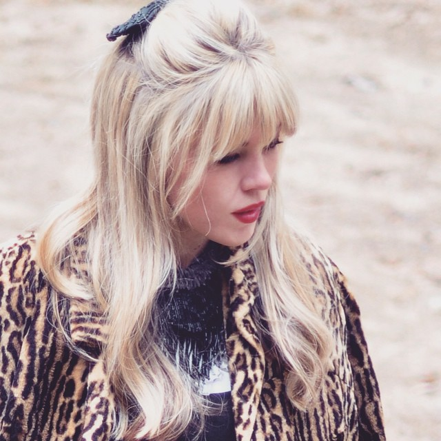 blonde hair with bangs_red lips