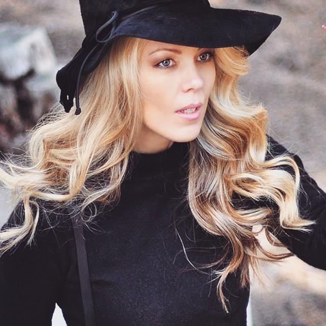 blonde waves+black hat