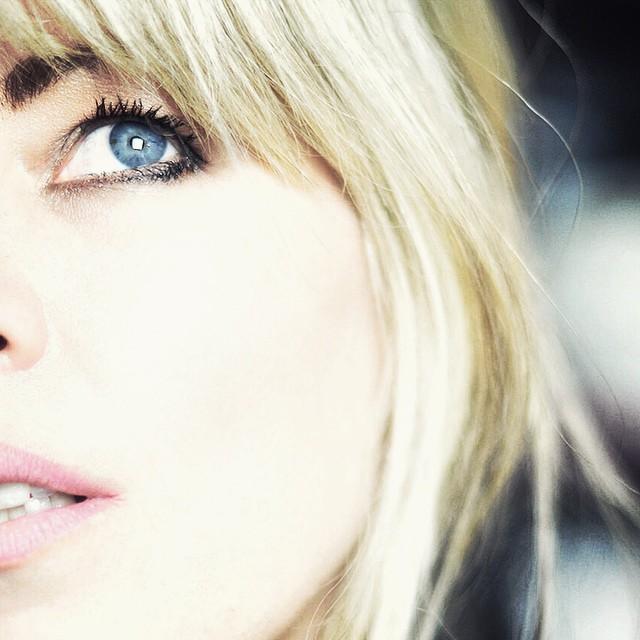 blue eyes_bangs_selfie