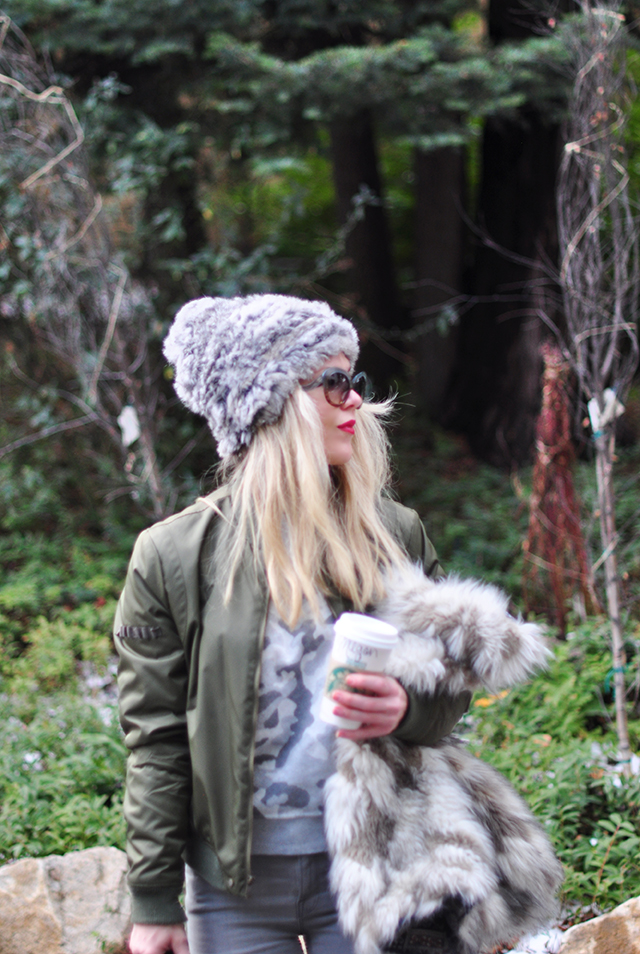 casual-winter-style_bomber-jacket_grey-camo_faux-fur