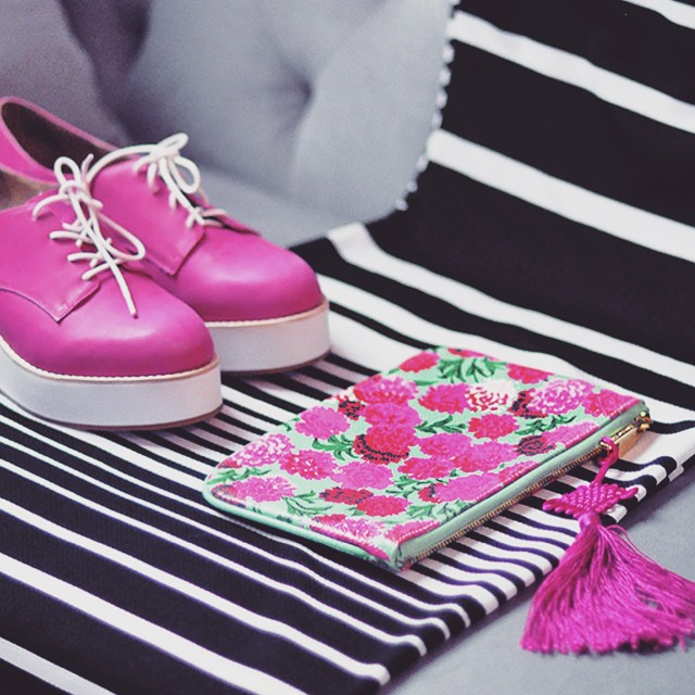 pink shoes_striped dress_marc jacobs pouch clutch
