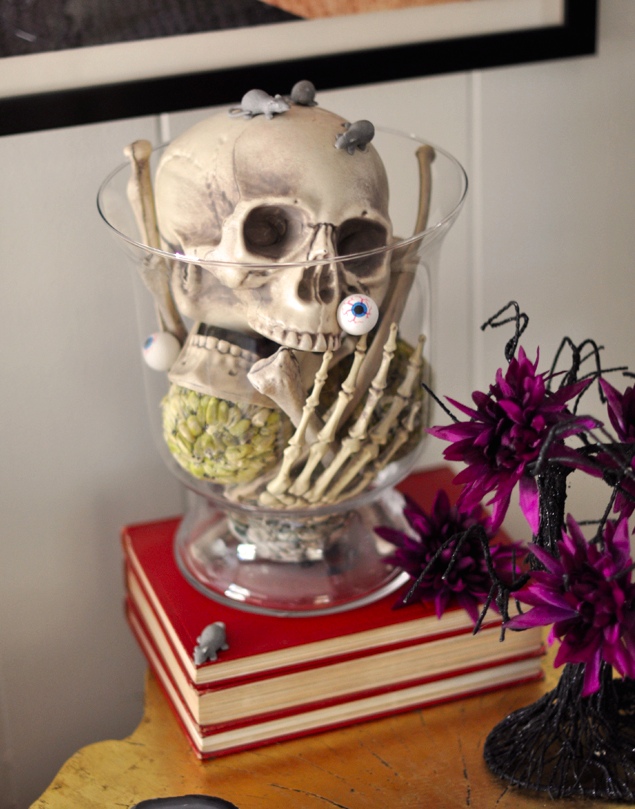 skull-in-a-vase-halloween-decor-ideas