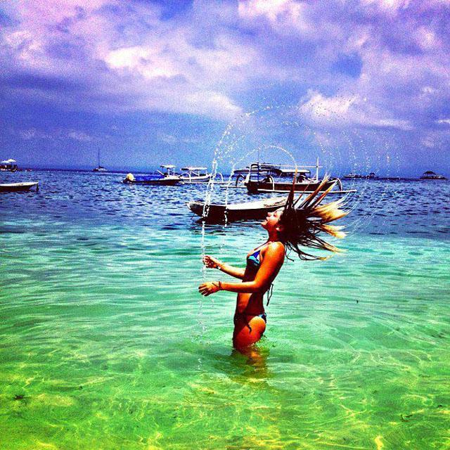 summer-hair-flipping-hair-in-water1