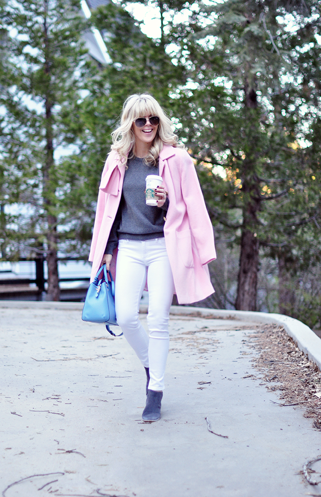 white jeans_pink coat_gray+blue bag